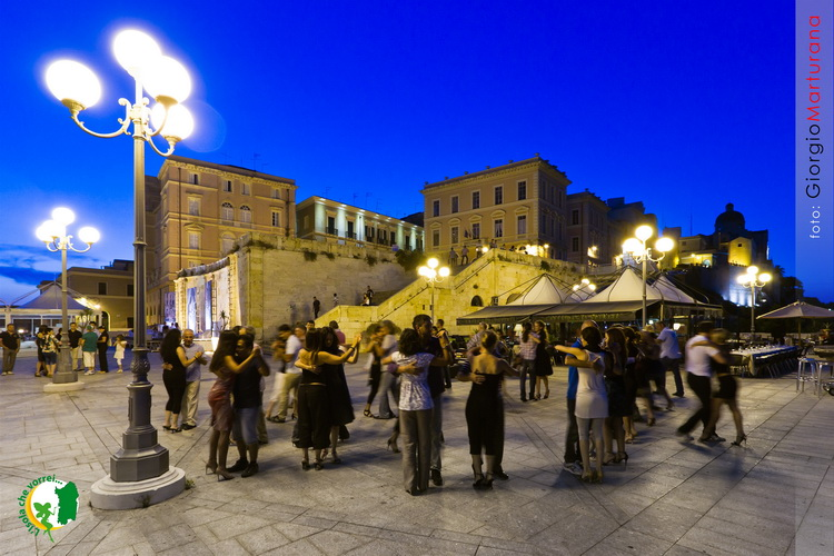 La notte è il momento migliore per vivere Cagliari, che si illumina ...